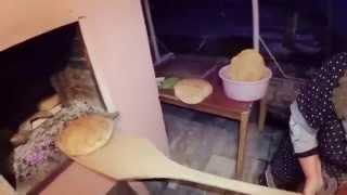 Бабушка печет хлеб