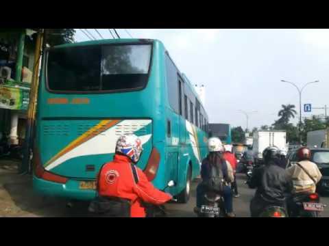 Nyaris senggolan; 2 Bus asli Labuan di jalan macet hampir senggolan