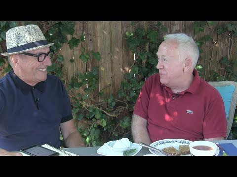 Leslie Jordan  throwing 'shade' with queerguru