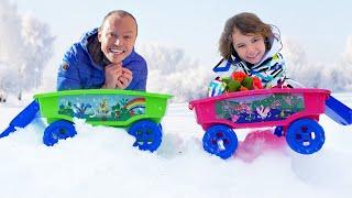 Катя и папа играют со снегом