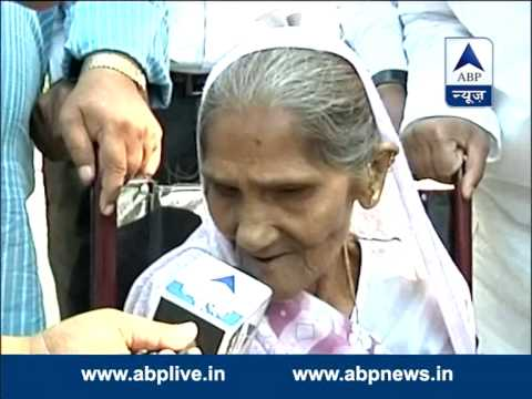 Senior citizen in casts vote in New Delhi