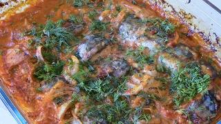 Скумбрия запеченная с луком под соусом.