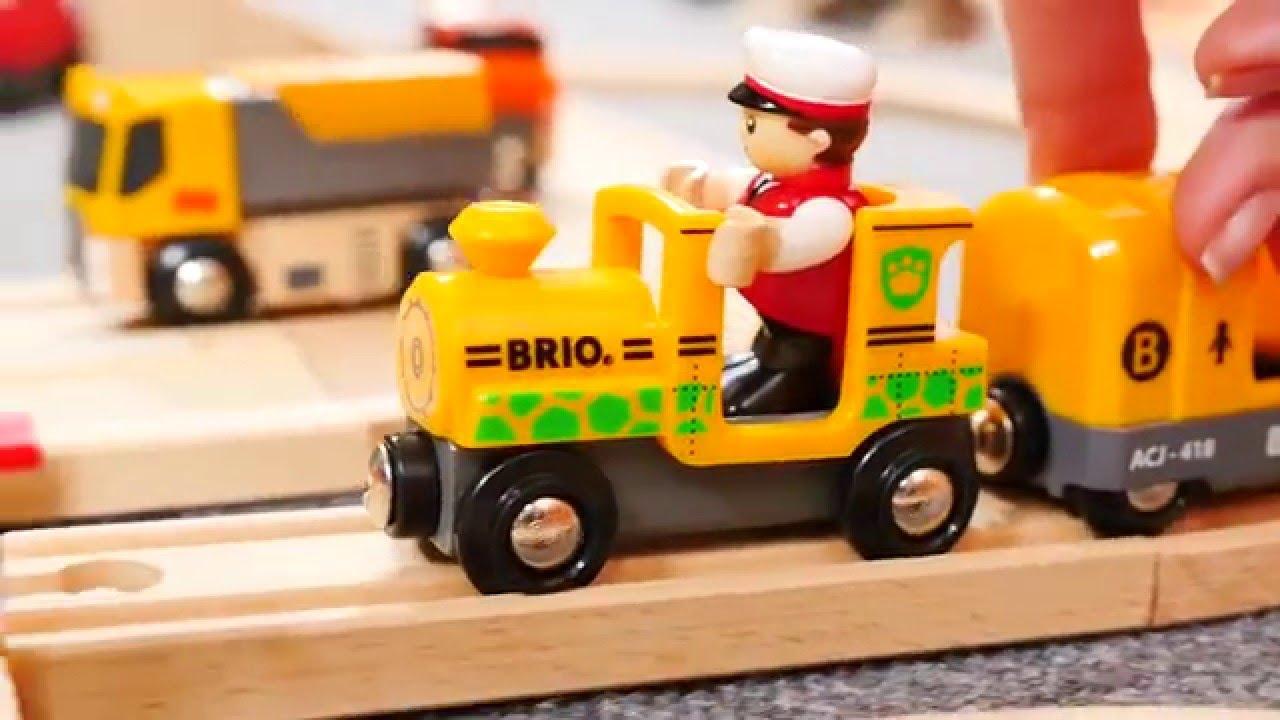 Download Vidéo éducative. Trains et voitures. Une barrière.