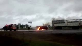 Un vecino registró el momento que el auto quedaba envuelto en llamas