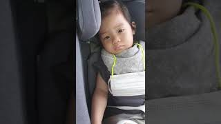 카시트에서 졸린 아기