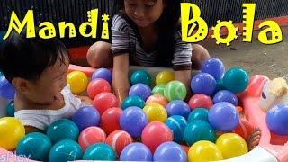 Jessica Jenica Mandi Bola dan Mandi Hujan 💚 Baby Swimming BALL PIT SHOW 💛 Mainan Anak