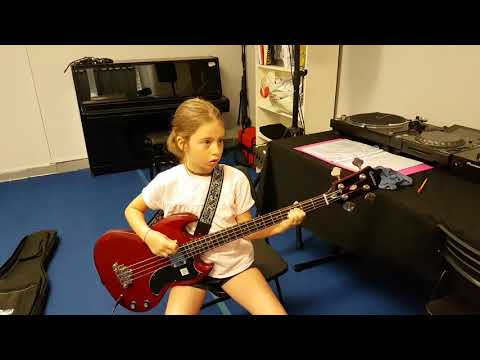 Matilde 9 anni suona