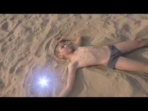 Девочки мастурбируют на пляже видео скрытая камера
