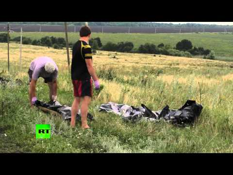 Ukrainian Emergency services remove bodies from MH17 crash site
