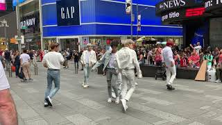 """Ateez Dancing to """"Aurora"""" in Times Square (190705)"""