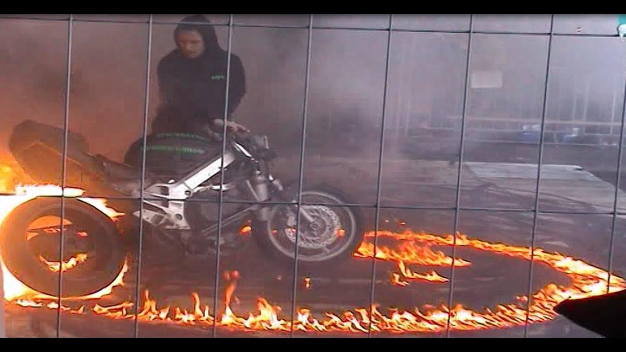 motorrad burnout stuntshow bis der reifen platzt und mehr fire youtube. Black Bedroom Furniture Sets. Home Design Ideas