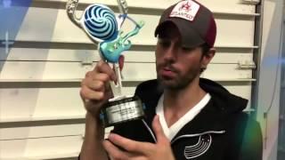 "Baixar Enrique Won Telehit Award ""Pop Song in Spanish"" for Duele El Corazon"