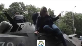 Мариуполь сегодня девушка с ребенком поднимается на БТР Украина сегодня новости,Украина Россия,Луг