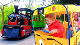 Колеса на автобусе - Детская песня. Песни для детей от Алекса и Насти Wheels on the Bus на русском