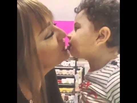 طفل يقبل امه بطريقة مجنونة