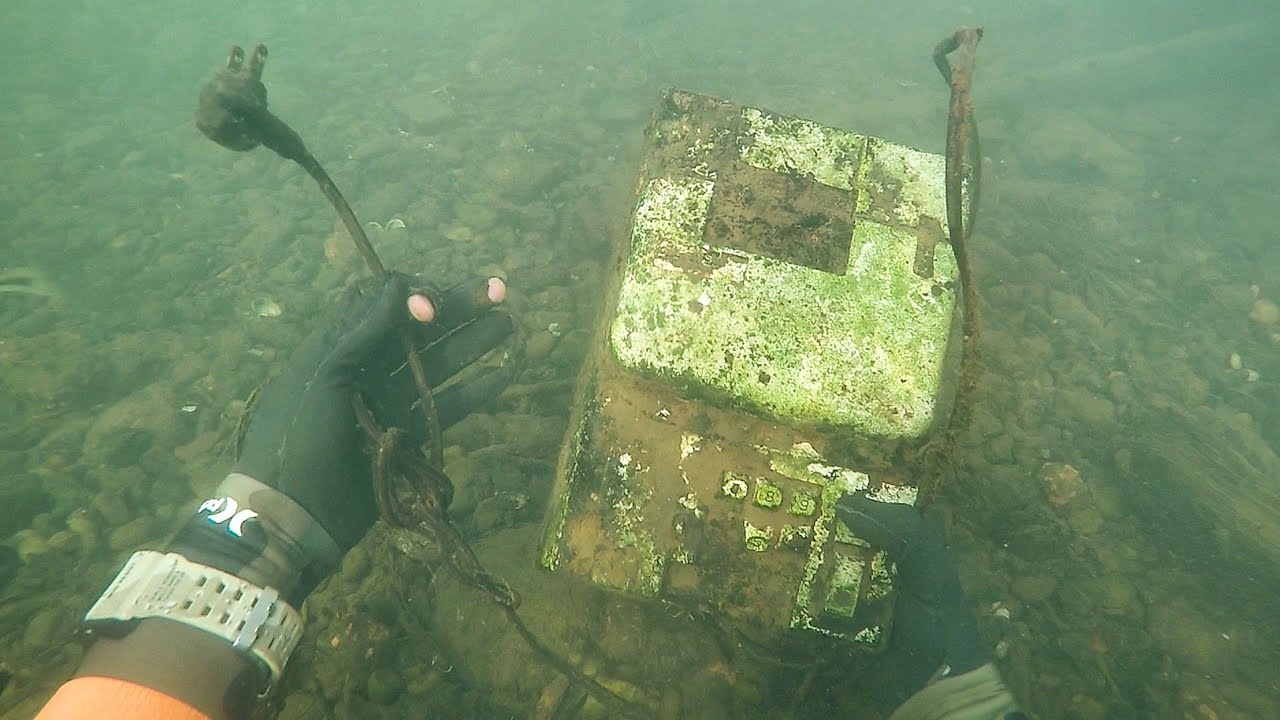 found-old-cash-register-in-river-while-scuba-diving-money-inside