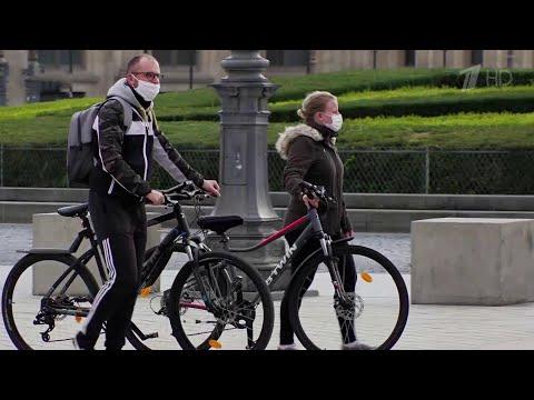Во Франции, чтобы сдержать коронавирус, в крупных городах вводят комендантский час.