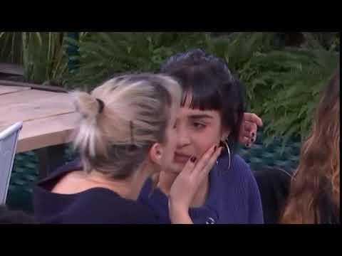 Natalia abre la boca y pone los labios cuando Alba va a darle un beso