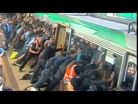 Un usuario del metro de Australia queda su pie atrapado entre el vagón y el andén