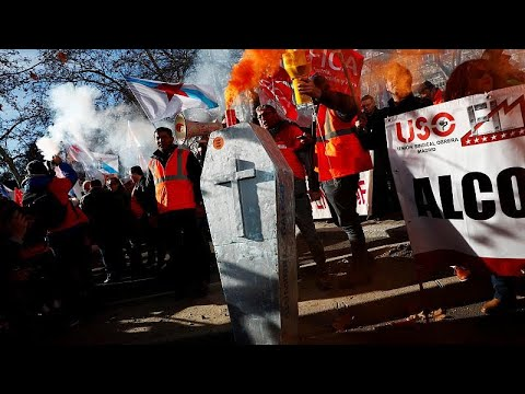 مواجهات بين الشرطة وعمال محتجين على إغلاق مصنعي ألومينيوم في إسبانيا…  - 09:54-2019 / 1 / 9