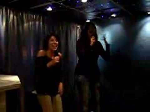 Alis y Pili en el Karaoke