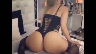 Блондинка с большой задницей танцует =)