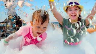 НастяПлей и Мама веселятся на море Играем на пляже с пеной