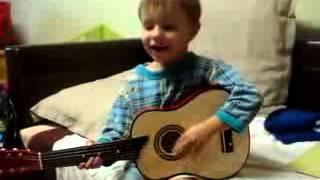 Маленький гитарист поет песенку! Милые дети