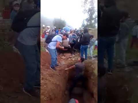 Accidente en funeral dejan caer el cuerpo del difunto