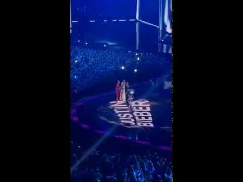 Mtv EMAs 2015 - Best Male Justin Bieber presented by Shay Mitchell and Ashley Benson