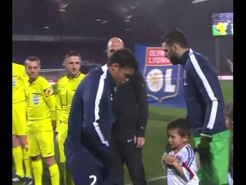 THIAGO SILVA GIVES HIS JACKET TO A COLD CHILD (LYON VS PSG) [HD]