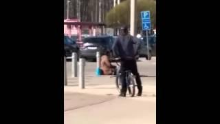 Tiggare hotar oprovocerat en BMX åkare