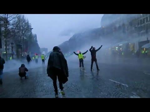 شاهد: باريس بين غضب السترات الصفراء وخراطيم المياه وقنابل الغاز…  - نشر قبل 16 ساعة