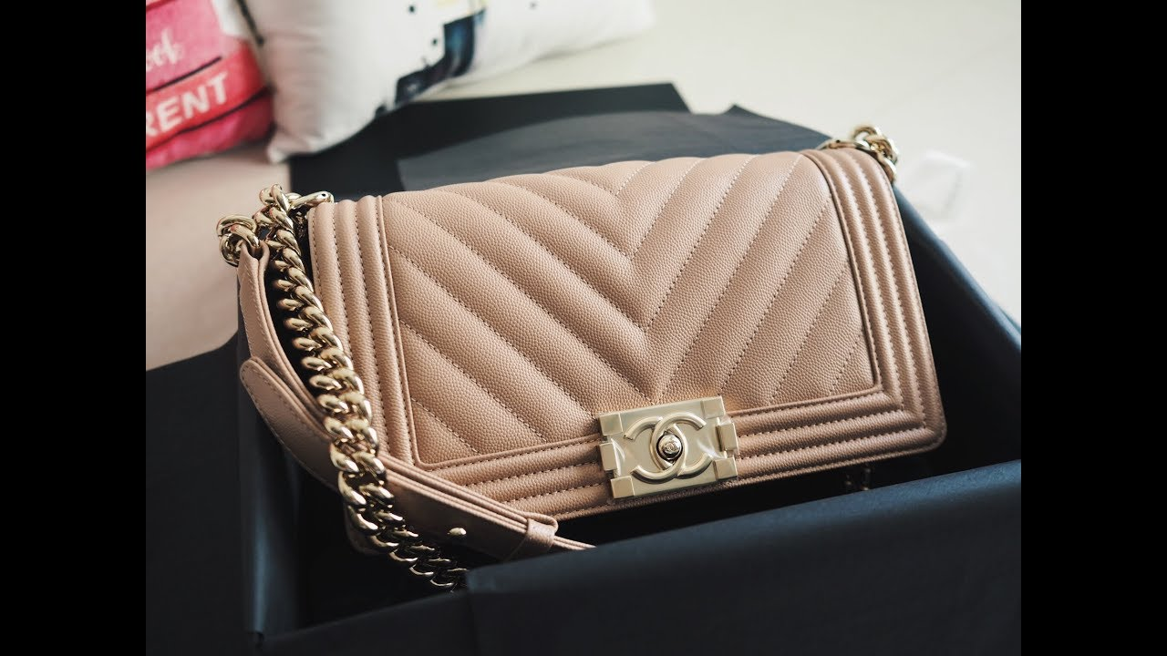 22f9642cbeec Unboxing Chanel 18S chevron beige boy - YouTube