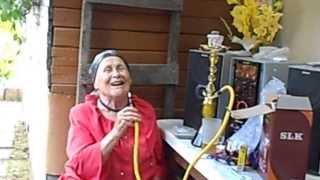 довольная бабка курит кальян