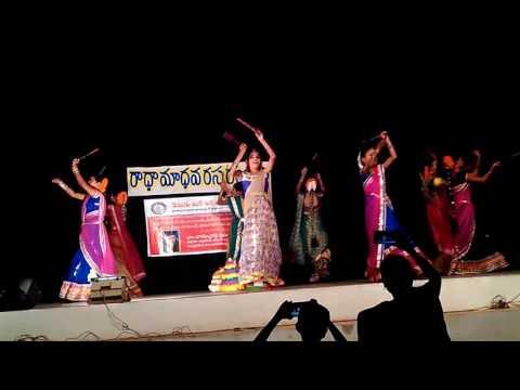 Bathukamma podala Dance