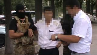 видео Сотрудник полиции, обвиняемый в получении взятки по п. «а» ч.5 ст.290 УК РФ, освобожден в зале суда из-под стражи