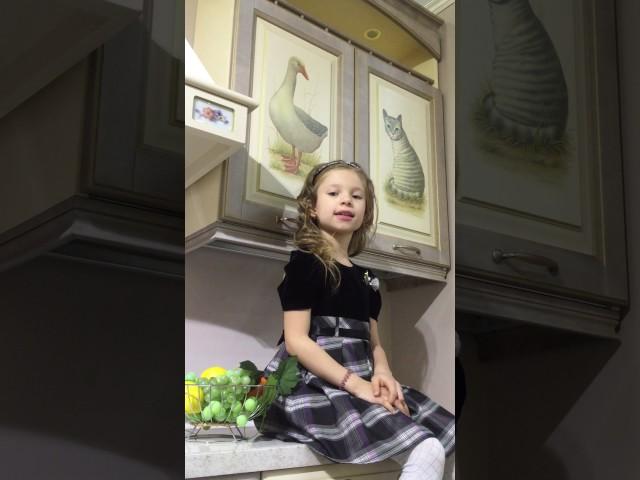 Изображение предпросмотра прочтения – АнгелинаЗмейкова читает произведение «Лисица и виноград» И.А.Крылова