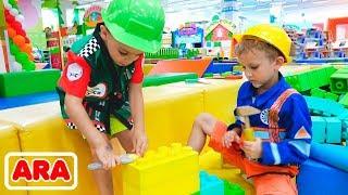 يتظاهر فلاد وماما بممارسة اللعب في مركز الألعاب للأطفال