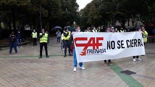 Concentración de trabajadores de Trenasa contra el cierre de la fábrica de Castejón