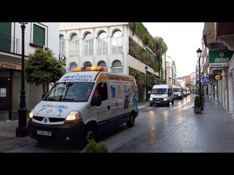 VÍDEO: Una caravana de ambulancias recorre las calles y centros sanitarios de Lucena