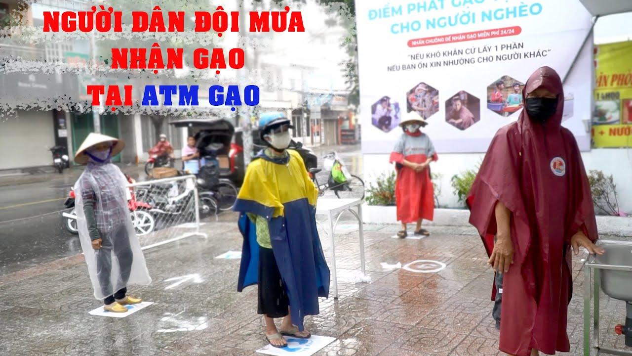 Người dân đội mưa chờ nhận gạo tài trợ l ATM GẠO l Rice ATM