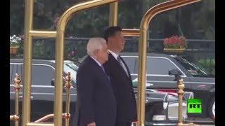 لحظة استقبال الرئيس الصيني شي جين بينغ لنظيره الفلسطيني محمود عباس