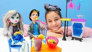Куклы Монстер Хай в кафе. Видео для девочек.