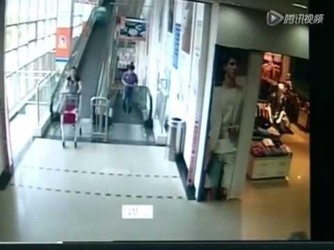 【実際映像】スーパーの自動スロープでカートが暴走、60代の女性が撥ねられ死亡
