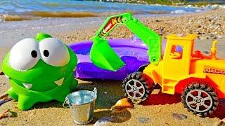 Ам Ням строит бассейн на пляже - Видео на море для детей
