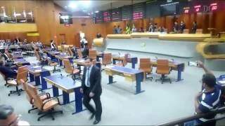 Baixaria na Câmara: vereador dá soco no rosto de colega em plenário