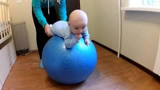 Упражнение на гимнастическом мяче для малышей от 2 месяцев(, 2016-05-18T19:24:16.000Z)