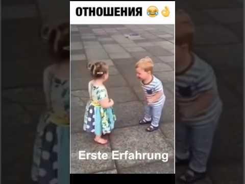 Kleiner Junge küsst zum ersten mal ein Mädchen
