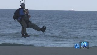 Video Governor, wounded warriors parachute at the Va. Beach Patriotic Festival download MP3, 3GP, MP4, WEBM, AVI, FLV September 2018